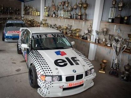 El BMW Serie 3 de Top Race de 2003 con el que logró su último título. Detrás es el Peugeot 405, campeón de TC 2000 en 1995. (Fede Asenjo)