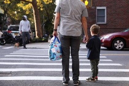 Los investigadores creen que las infecciones en la comunidad en general probablemente generen casos en las escuelas, y que los niños tienen más probabilidades de contraer la infección por SARS-CoV-2 fuera del colegio (REUTERS)