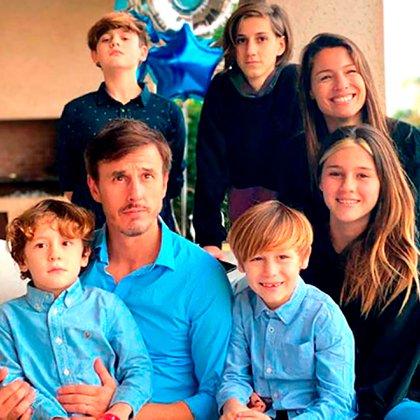 Pampita y Roberto García Moritán junto a sus cinco hijos: Bautista, Beltrán, Benicio, Santino y Delfina