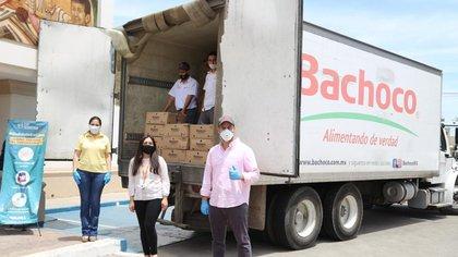 Personal de Industrias Bachoco en un acto de beneficencia en Sonora (Foto: Bachoco)