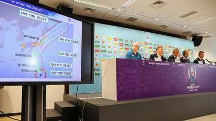 Una imagen con el recorrido del tifón Hagibis es mostrada durante el anuncio de la suspensión de los partidos (REUTERS/Matthew Childs)
