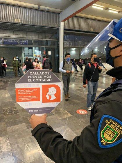 """""""Prácticamente el 100% de los usuarios ingresan a las instalaciones con cubrebocas"""", informaron (Foto: STC Metro)"""
