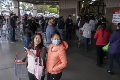 Se ve a personas afuera de una tienda mayorista en Tijuana, estado de Baja California, México, el 17 de marzo de 2020.