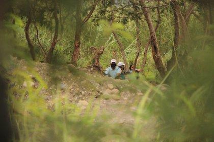 """Fotografía de personas del lado colombiano cerca de uno de los pasos ilegales, llamados """"trochas"""", en San Antonio del Táchira (Venezuela). EFE/Johnny Parra/Archivo"""