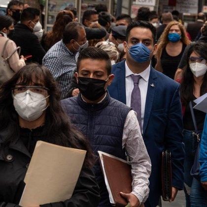Largas filas se presentaron en los juzgados del Tribunal Superior de Justicia de la Ciudad de México tras reabrir sus trámites de manera presencial, luego de que permanecieran cuatro meses cerrados por la pandemia de COVID-19 (Foto: Cuartoscuro)