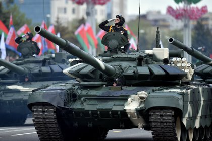 Los tanques T-52 en el desfile celebrado en Minsk, Bielorrusia, en conmemoración de la victoria aliada en la Segunda Guerra Mundial  (Photo by Sergei GAPON / AFP)