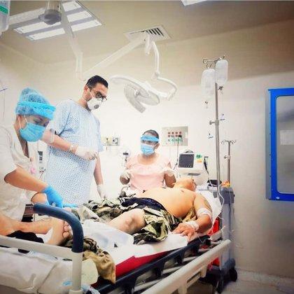 Médico atiende a paciente de Pemex en un hospital de la plataforma de Tabasco(Foto: Facebook)