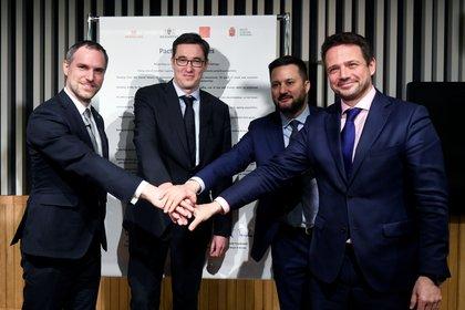 El alcalde de Praga Zdenek Hrib, el alcalde de Budapest Gergely Karacsony, el alcalde de Bratislava Matus Vallo y el alcalde de Varsovia Rafal Trzaskowski se dan la mano tras firmar el Pacto de Ciudades Libres, el 16 de diciembre de 2019. (REUTERS/Tamas Kaszas)