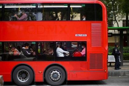 Foto de archivo. Pasajeros viajan a bordo de un autobús en Ciudad de México, México. 9 de junio de 2020. REUTERS/Edgard Garrido