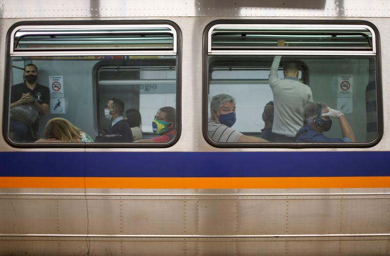 Pasajeros con mascarillas en un vagón en una estación de metro en el barrio de Taguatinga, en Brasilia, Brasil, 8 julio 2020.  REUTERS/Adriano Machado