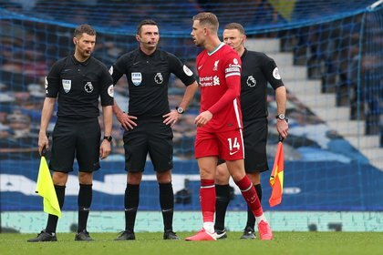 Jordan Henderson protesta a Michael Oliver por el gol anulado en el cierre del clásico entre Everton y Liverpool (REUTERS)
