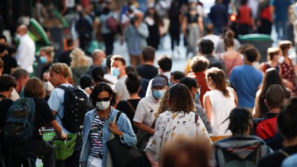 People wearing protective face masks walk in a busy street in Paris as France reinforces mask-wearing in public places as part of efforts to curb a resurgence of the coronavirus disease (COVID-19) across France, September 18, 2020. REUTERS/Gonzalo Fuentes
