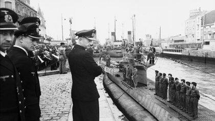 Dönitz observa la llegada del submarino U-94 al puerto francés de St. Nazaire, en 1941 (Bundesarchiv)