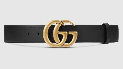 Un objeto de deseo al que no es muy difícil acceder si se quiere tener una pieza original de Gucci. El cinturón de hebilla doble G realizado en cuero negro que tiene además un doble uso. Como cinturón en la cadera o como cinturón en la cintura (Gucci)