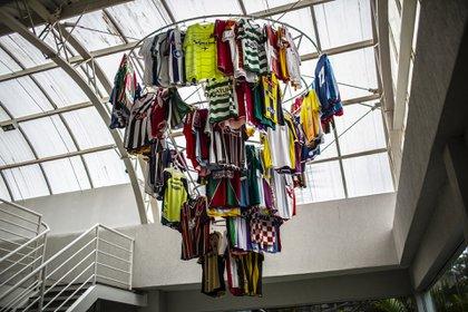 Camisetas del fútbol brasileño recolectados durante decenas de viajes de reconocimiento cuelgan sobre el restaurante del Trieste Futebol Clube en Curitiba,