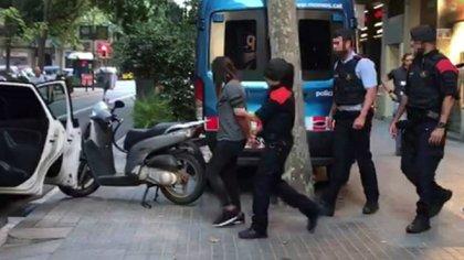 La policía española se lleva una mujer detenida. (La Vanguardia)