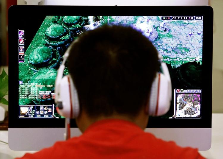 Un usuario juega en un cibercafé en Beijing (Reuters/Archivo)