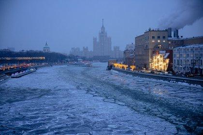 La fuerte nevada ya ha obligado a retrasar y cancelar decenas de vuelos desde la capital rusa, mientras los atascos en la magalópolis alcanzaron uno de sus niveles más altos en la mañana de este sábado.
