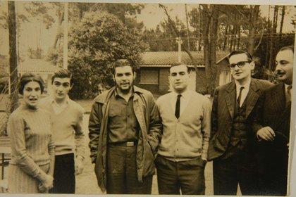 La familia del Che lo visita en Uruguay. Su madre, Celia, y sus hermanos Juan Martín y Roberto, uno a cada lado de Ernesto