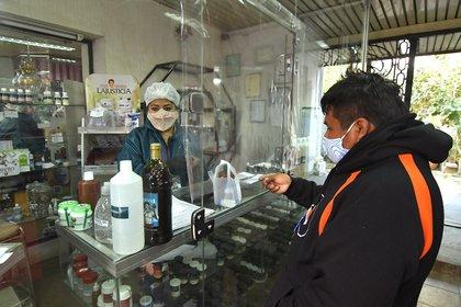 Imagen de archivo de un hombre que compra dióxido de cloro en una farmacia en Cochabamba (Bolivia) (EFE)