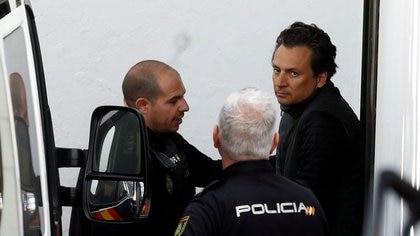 Foto de archivo del exdirector de la petrolera estatal mexicana Pemex Emilio Lozoya escoltado por policías españoles tras aparecer por video ante la suprema corte española. Feb 13, 2020. REUTERS/Jon Nazca