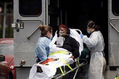 Personal de emergencias médicas introducen a un paciente infectado de coronavirus en una ambulancia en Nueva York (REUTERS/Stefan Jeremiah)
