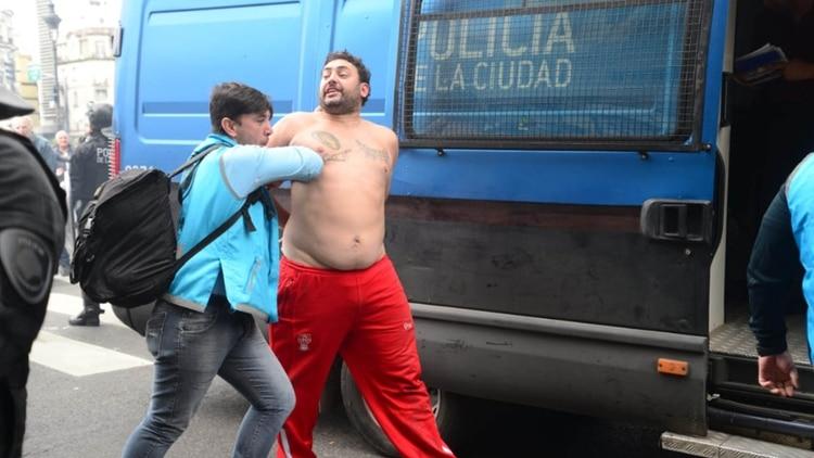 904ab795ea Los manifestantes también destruyeron vidrieras sobre Av de Mayo