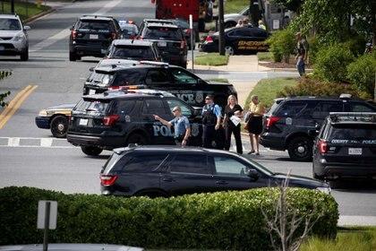 Policías custodian las inmediaciones del periódico(Reuters/ Joshua Roberts)