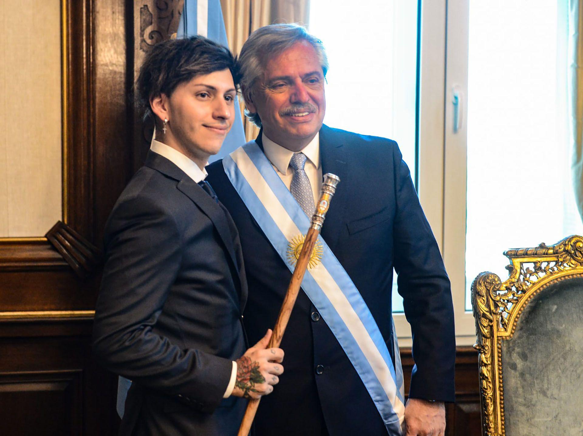 Alberto Fernández en el despacho de la Casa Rosada junto a su hijo