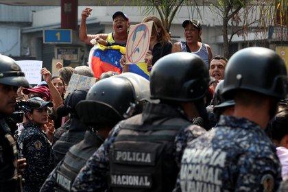 La policía antidisturbios hace guardia durante una protesta contra el régimen de Nicolás Maduro en Caracas, Venezuela, el 10 de abril de 2019 (REUTERS/Ivan Alvarado)
