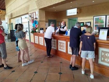 Turistas en la recepción (REUTERS)