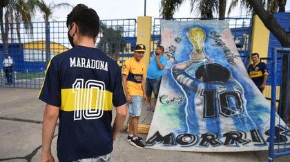 Los hinchas se reunieron en las afueras de la Bombonera (Maximiliano Luna/cf/Telam)