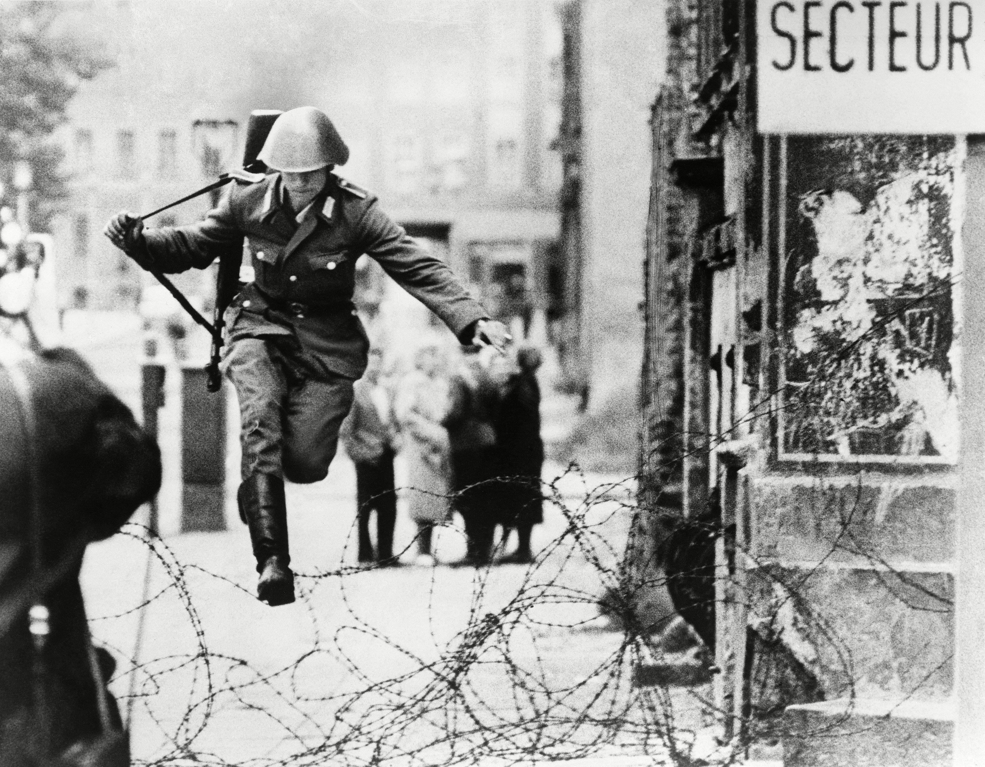 Conrad Schumann (1942-1998). el primer soldado de Alemania Oriental en huir hacia occidente tras la implantación del muro el 15 de agosto de 1961