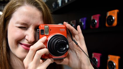 La nueva Fujifilm Instax Mini 70, una de las estrellas de la feria. De diseño compacto y ligera, permite obtener las fotografías segundos después de apretar el disparador. Cuenta con flash, enfoque macro y hasta un práctico modo selfie (AFP)