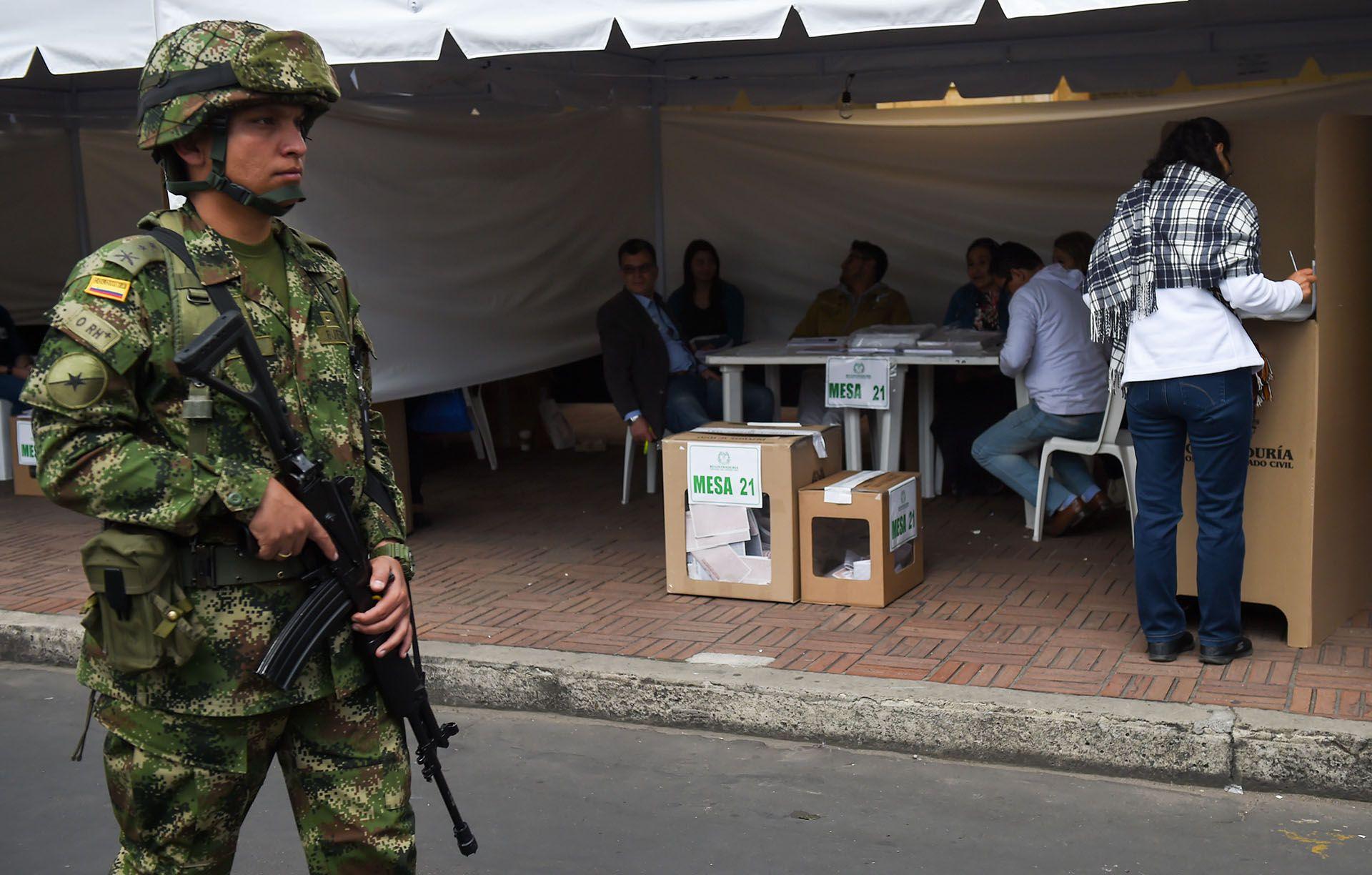 Un soldado hace guardia en un puesto de votación en Bogotá durante las elecciones parlamentarias en mayo pasado.