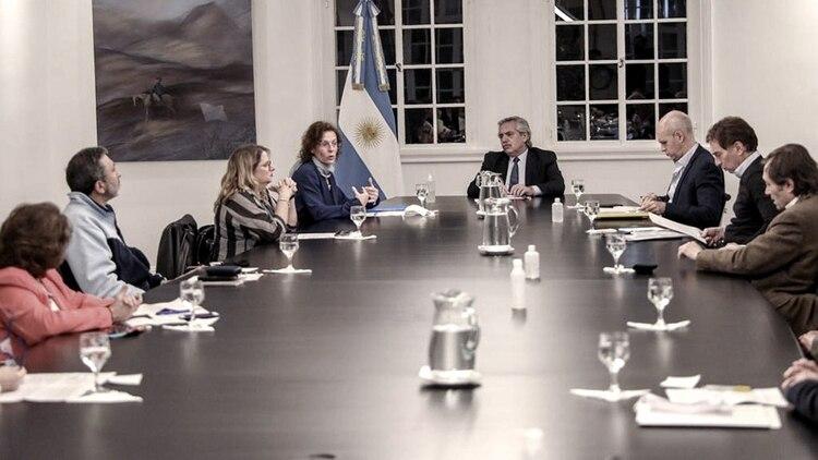 Infectólogos y médicos, con el presidente Fernández en Olivos (Télam)