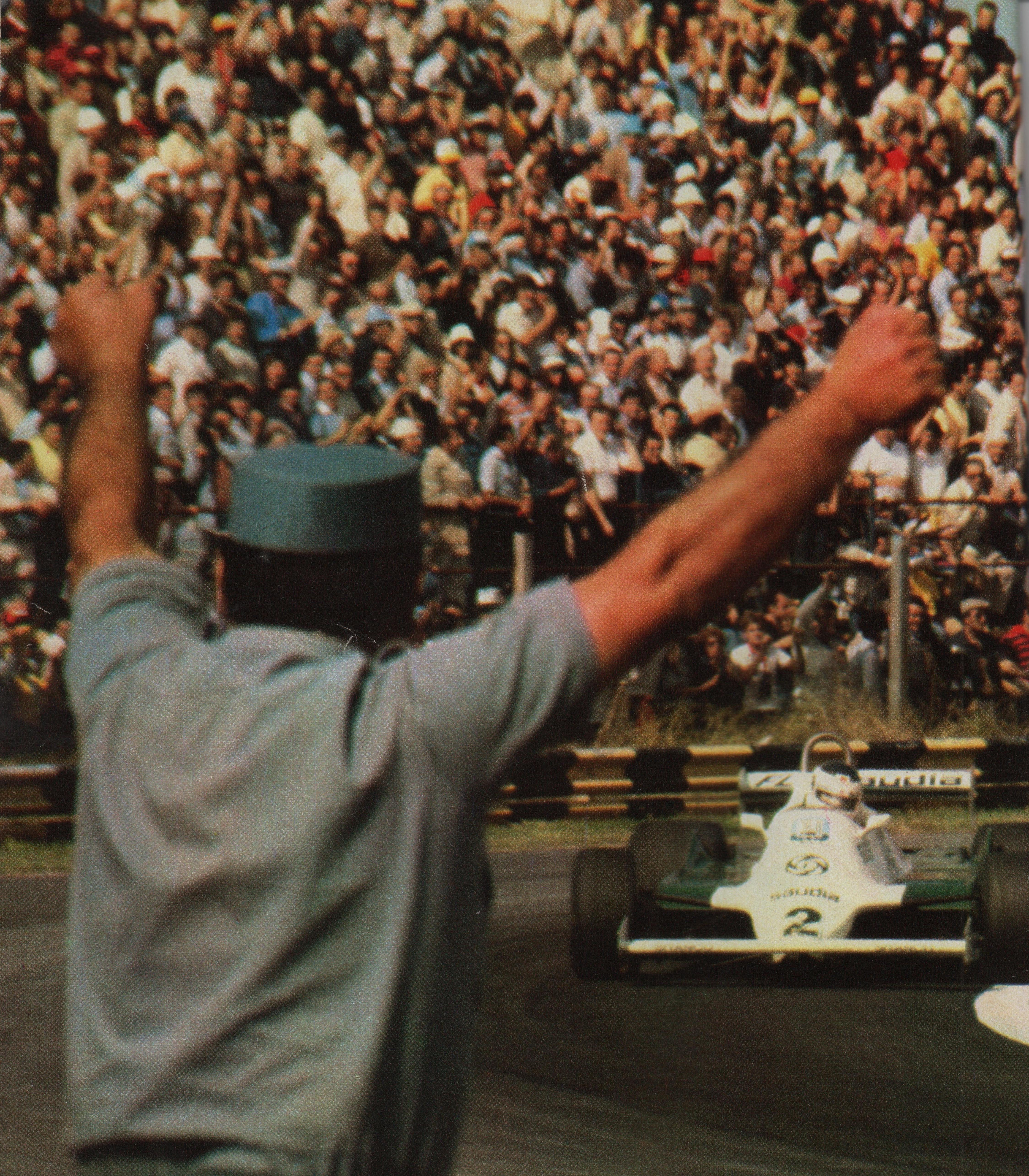 En el Autódromo de Buenos Aires en 1981, donde fue segundo y capturó la punta del campeonato. Lo saluda un policía (Archivo CORSA)
