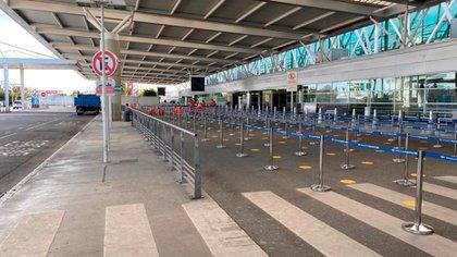 Preparativos en Ezezia para el regreso de los vuelos, con filas en el exterior
