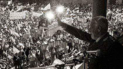 Galtieri en el balcón de la Casa Rosada saludó a la multitud que lo vitoreaba
