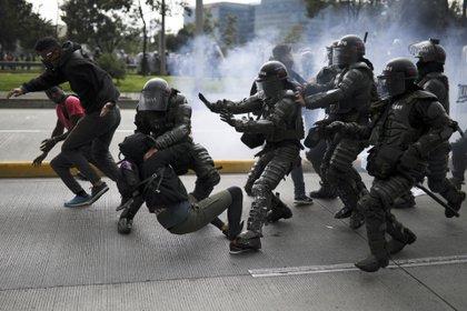 En esta imagen, agentes de policía detienen a un manifestante antigubernamental durante una protesta en Bogotá, Colombia. Los principales sindicatos y grupos de estudiantes del país convocaron la movilización para protestar por las políticas económicas del gobierno del presidente, Iván Duque, además de por una larga lista de reclamos. (AP Foto/Iván Valencia)