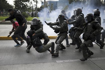 En esta imagen, tomada el 21 de noviembre de 2019, agentes de policía detienen a un manifestante antigubernamental durante una protesta en Bogotá, Colombia. Los principales sindicatos y grupos de estudiantes del país convocaron la movilización para protestar por las políticas económicas del gobierno del presidente, Iván Duque, además de por una larga lista de reclamos. (AP Foto/Iván Valencia)