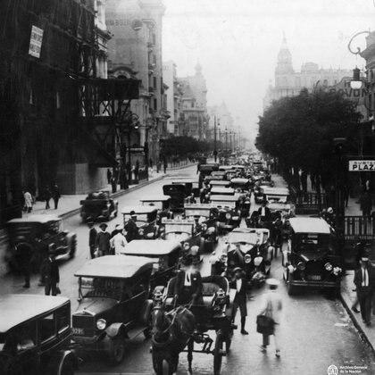 """El tránsito """"al revés"""" en Rivadavia y Callao en 1930. (Archivo General de la Nación Argentina)"""
