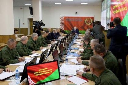 El presidente bielorruso Alexandre Lukashenko encabeza una reunión en el Centro de Gestión Estratégica del Ministerio de Defensa en Minsk el 15 de agosto de 2020. (Maxim Guchek/BelTA/Handout via REUTERS)