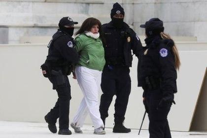 La policía detiene a una mujer después de los incidentes frente al Capitolio REUTERS/Leah Millis