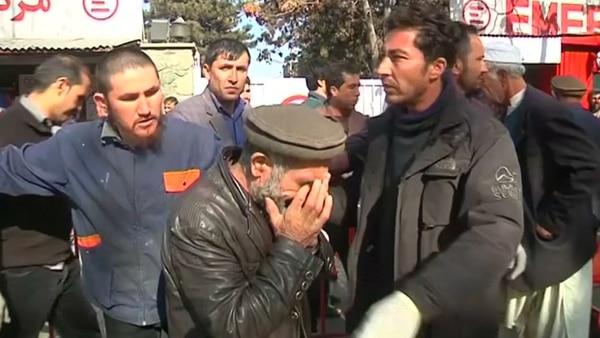 Un hombre llora en medio de la tragedia