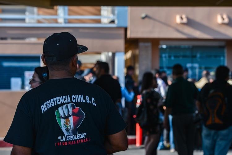 """Manifestantes bloquearon los accesos a la cámara de diputados en Baja California, ,para demostrar su inconformidad con la llamada """"Ley Bonilla"""" (Foto: Cuartoscuro)"""