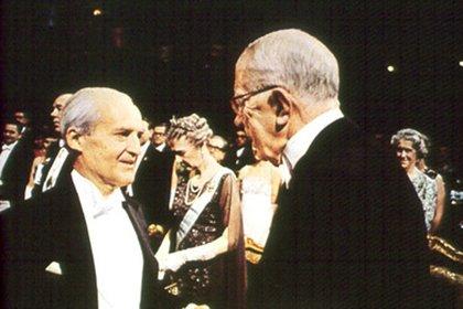 Luis Federico Leloir recibiendo el Premio Nobel