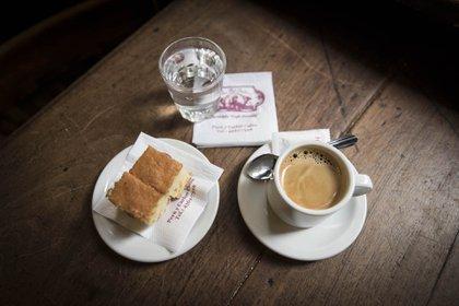 Agua, café y bocadito de vainilla, como sirven el café desde hace más de 150 años en El Federal