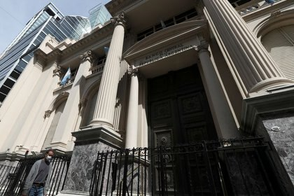 Siguen las críticas del campo a las medidas cambiarias del Banco Central (Reuters)