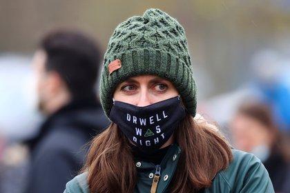 Una joven se manifiesta contraria a las restricciones y las vacunas -  REUTERS/Kai Pfaffenbach